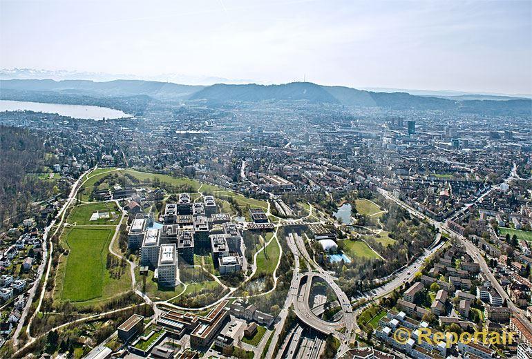 Foto: Die Universität Zürich am Irchel mit der Stadt Zürich im Hintergrund.. (Luftaufnahme von Niklaus Wächter)