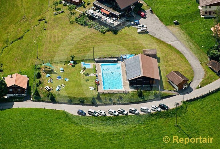 Foto: Die kleinste Schweizer Badi ist jene von Habkern (BE).. (Luftaufnahme von Niklaus Wächter)