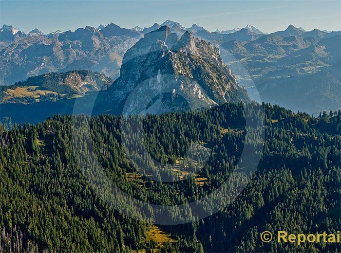 Foto: Ein Hauch von Urschweiz Blick von Norden gegen die beiden Mythen (SZ) und die Urner Berge.. (Luftaufnahme von Niklaus Wächter)