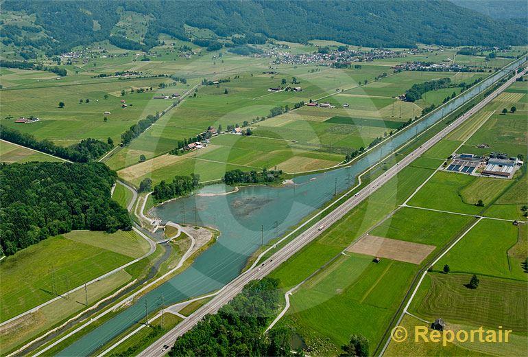 Foto: Der Linthkanal mit Renaturierungsbucht.. (Luftaufnahme von Niklaus Wächter)