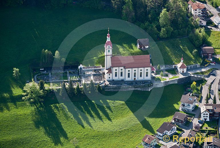 Foto: Licht und Schatten um die Kirche von Schattdorf im Kanton Uri. (Luftaufnahme von Niklaus Wächter)