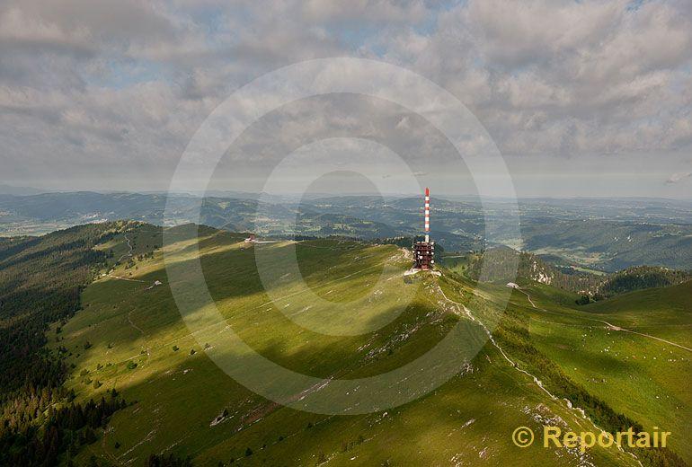 Foto: Der Chasseral ist mit 1607 m ü. M. die höchste Erhebung im Berner Jura. (Luftaufnahme von Niklaus Wächter)