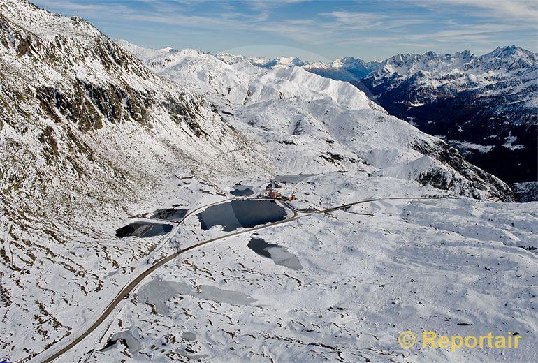Foto: Der Gotthardpass ist angezuckert. (Luftaufnahme von Niklaus Wächter)