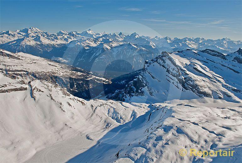 S 90 3 >> Foto: Der Gemmipass mit den südlichen Walliser Alpen im Hintergrund - Klicken fürs nächste Bild