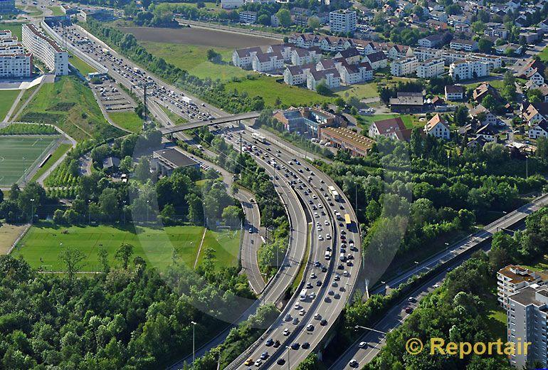 Foto: Autobahn A1 und A4 bei Opfikon ZH. (Luftaufnahme von Niklaus Wächter)