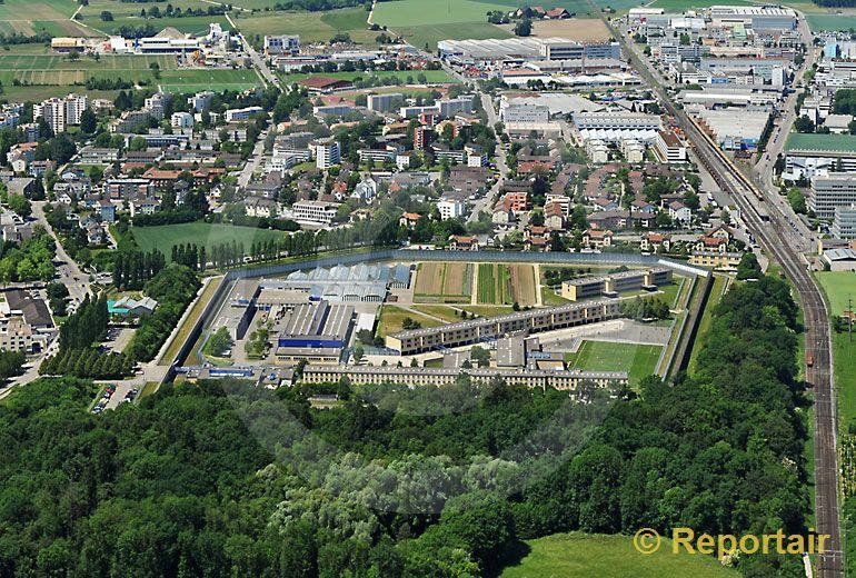Foto: Regensdorf mit Strafanstalt Pöschwies. (Luftaufnahme von Niklaus Wächter)