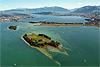 Foto 259: Der Zuerichsee mit der Insel Ufenau im Vordergrund und Luetzelau dahinter.