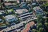 Foto 575: Der Schweizer Tennisstar Roger Federer hat seinen offiziellen Wohnsitz im Jahre 2014 in dieses geräumige Terrassenhaus im schwyzerischen Steuerparadies Wollerau verlegt.