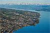 Foto 308: Die Zürcher Goldküste mit der Alpenkette im Hintergrund..