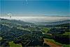Foto 374: Blick von den Jurahöhen über das neblige Mittelland zu den Alpen. Links die Wasserdampffahne des Kernkraftwerks Gösgen (SO)..
